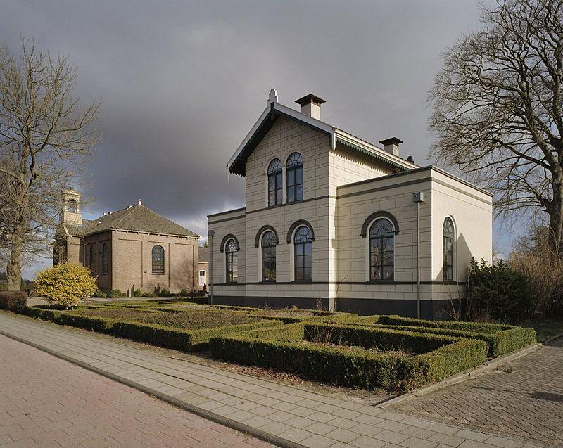 Pastorie en Kerk Bovensmilde - Foto C.S. Booms
